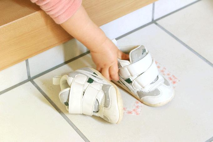 靴置きマークの上に靴を置く1歳児