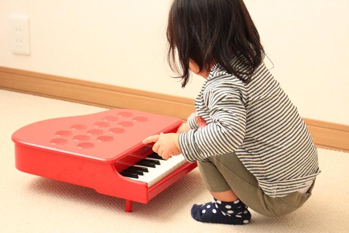 1歳半の子がカワイのミニピアノP25を使う様子