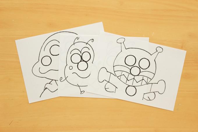 アンパンマンを手描きして手作りしたシールを貼る台紙