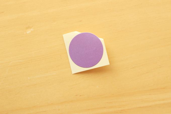 シールがうまくはがれない場合は、はく離紙の角を折っておく