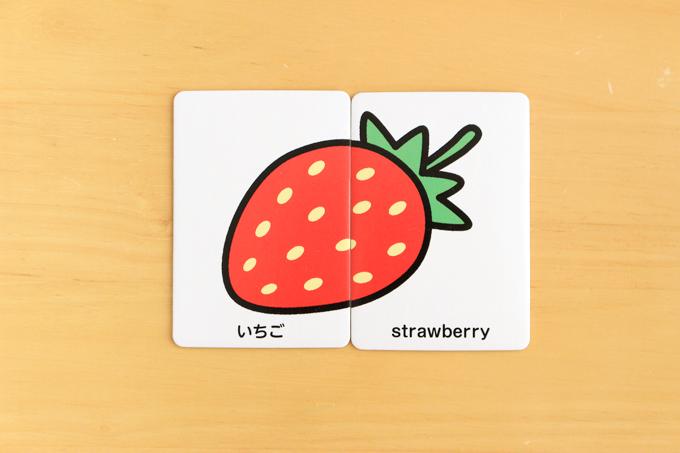 ダイソーの絵合わせカードは左が日本語、右が英語で英語も学べる
