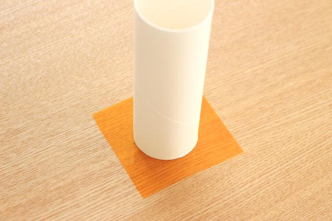 トイレットペーパーの芯にセロファンを貼る