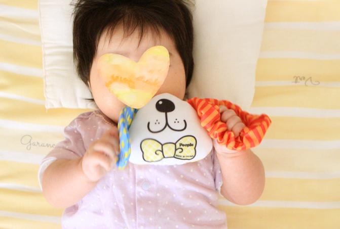ピープルの夢CHUおしゃぶりおもちゃで遊ぶ0歳児