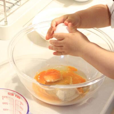 卵を割る1歳児