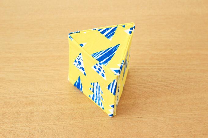 三角形の積み木に布を貼ったところ