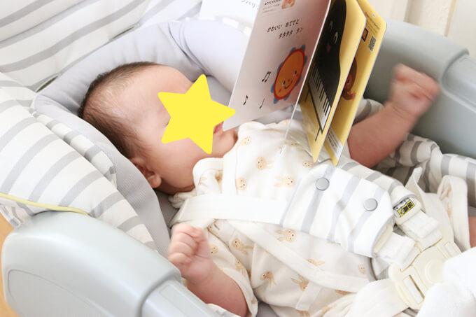 サンプル絵本を見せると大興奮の赤ちゃん