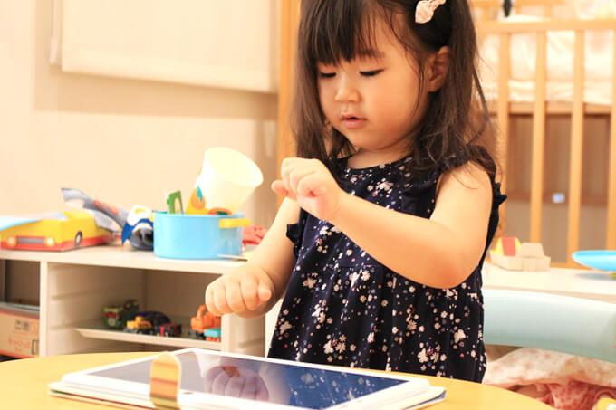 天神タオ幼児版タブレットが楽しい2歳の子ども
