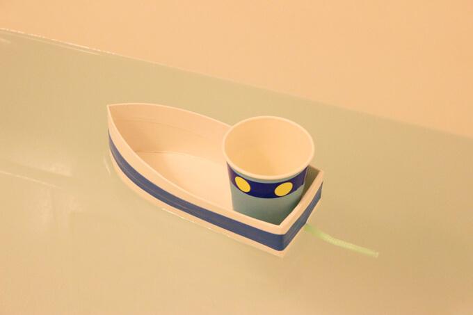 お風呂で牛乳パック舟を浮かべているところ