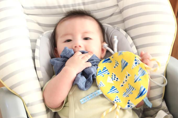 カシャカシャおもちゃは指と耳が鍛えられる!