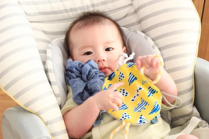 カシャカシャタグハンカチおもちゃで遊ぶ赤ちゃん