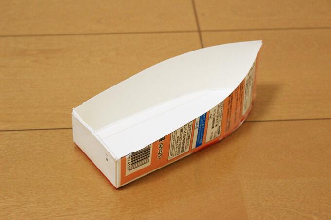 セロハンテープで船の形に組み立てる