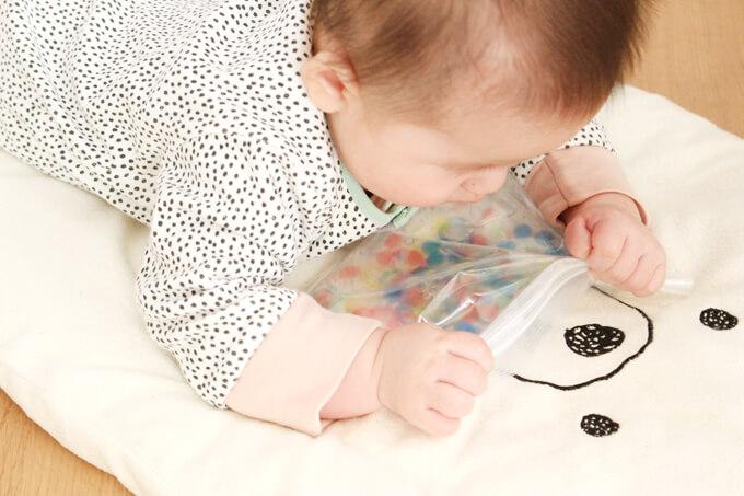 センサリーバッグで遊ぶ赤ちゃん
