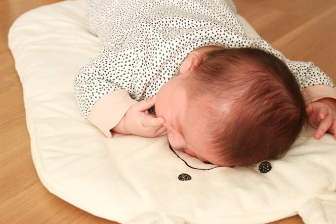 センサリーバッグを取られて泣く赤ちゃん