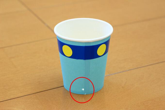 紙コップの後ろにも穴を開けます。