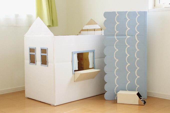 たためるダンボールハウスはまずは屋根を外して畳む