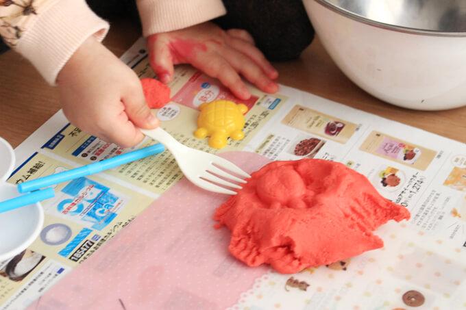 フォークで粘土に模様をつけているところ