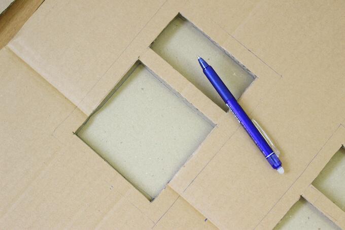 枠は下にダンボールを敷いてペンで窓をなぞる