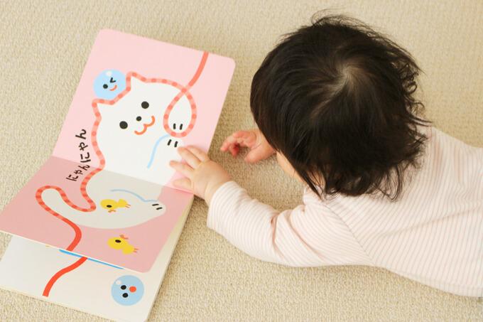 自分で絵本を読む赤ちゃん