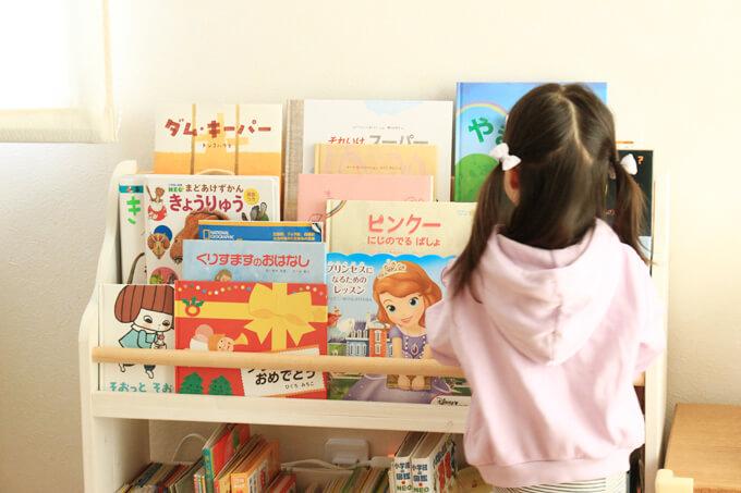 子どもでも手が届きやすい絵本棚