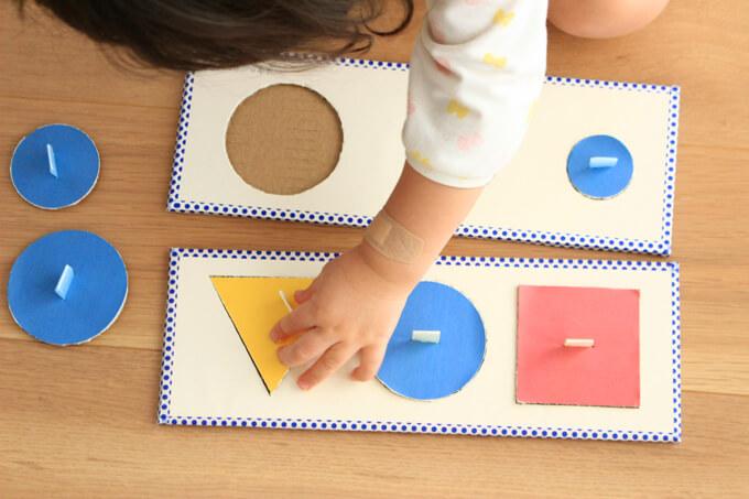モンテパズルで遊ぶ子供