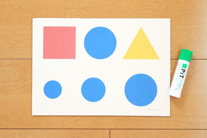 型紙をダンボールにのりで貼ります。
