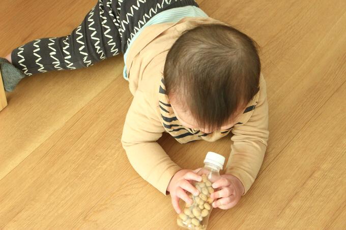 鬼の金棒マラカスで遊ぶ赤ちゃん
