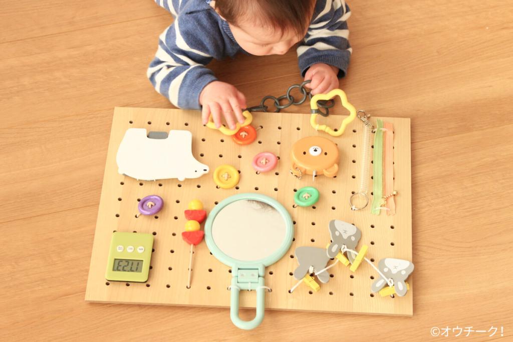 ビジーボードを手作りしよう!赤ちゃん感涙!好きなもの全部盛りの夢のおもちゃ