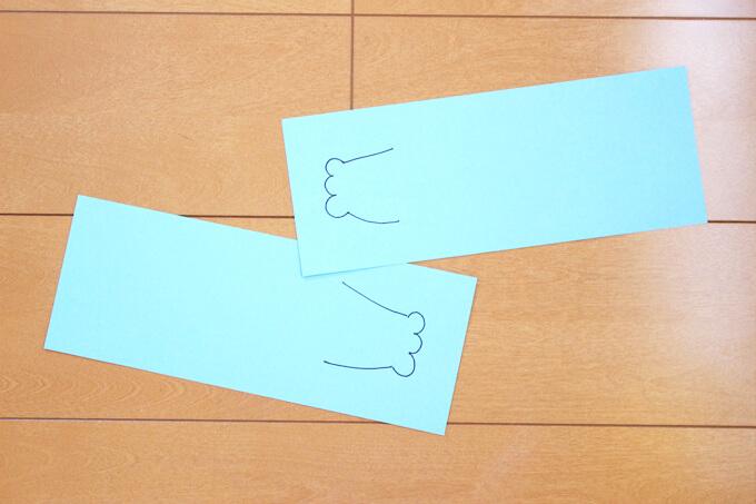 画用紙を写真のように細く切り、手を描きます。