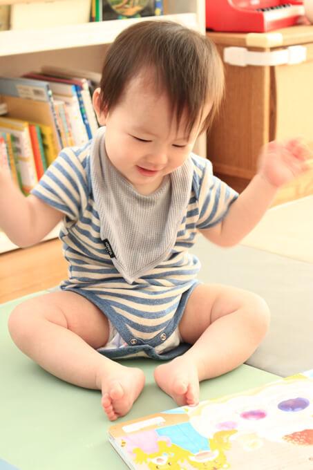 こどもちゃれんじベビーの絵本を楽しむ赤ちゃん