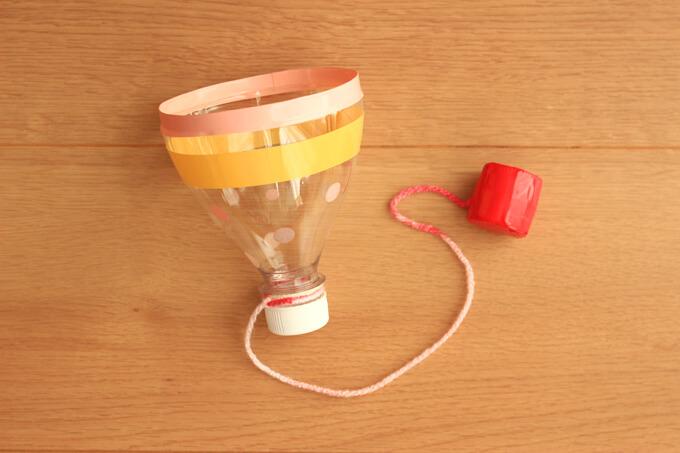 ペットボトルの口に糸を巻き付けて結べば、けん玉のできあがり