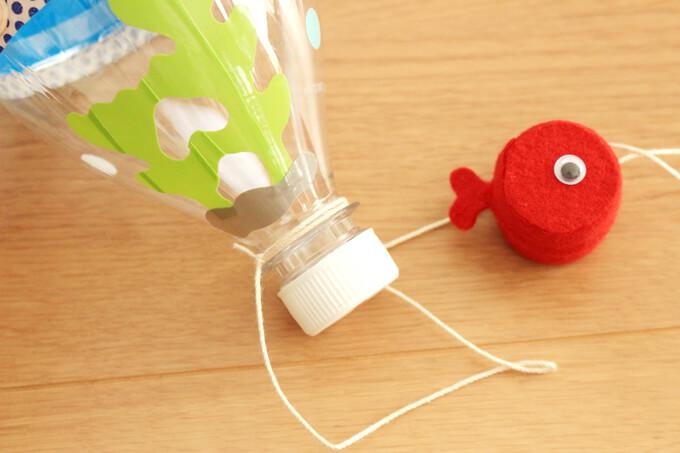 金魚とペットボトルを糸でくっつける