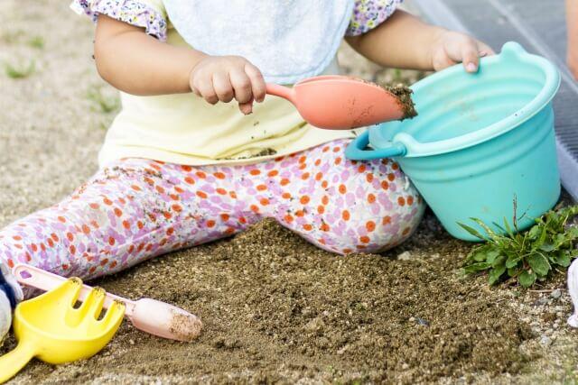 公園の砂場で遊ぶ女の子