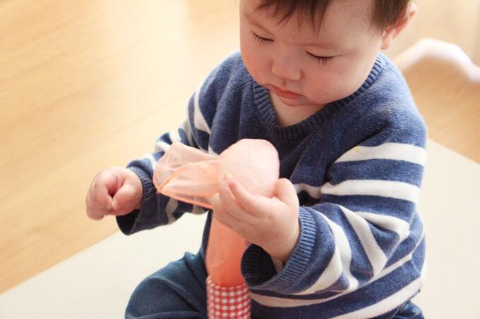引っ張るおもちゃで遊ぶ赤ちゃん