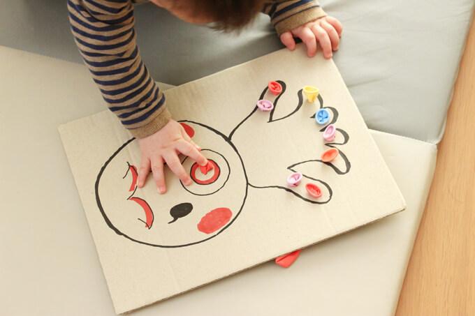 指先知育タコで遊んでいる赤ちゃん