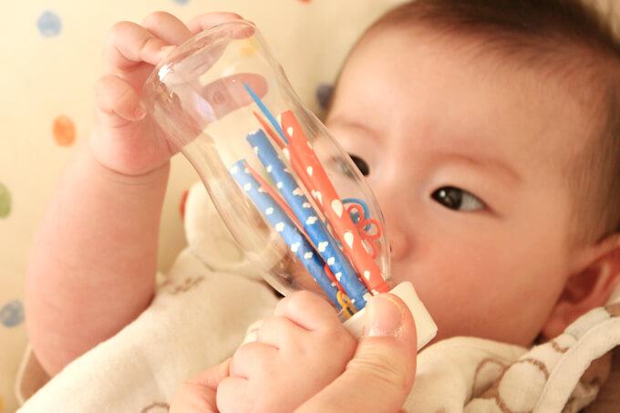 ペットボトルマラカスで遊ぶ赤ちゃん
