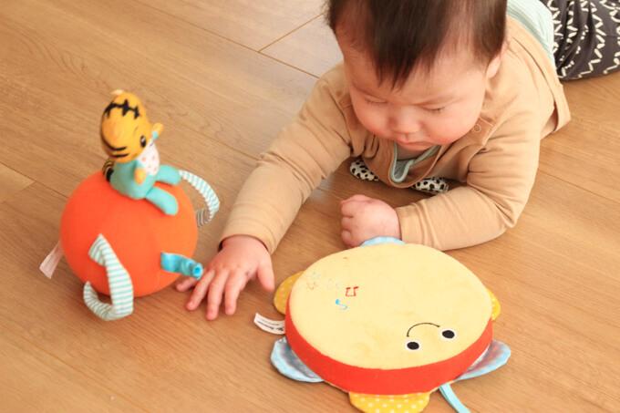 こどもちゃれんじベビーのエデュトイで遊ぶ赤ちゃん (1)