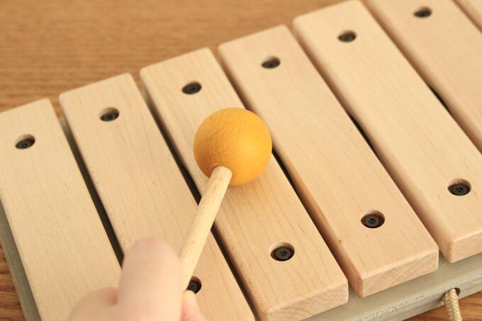 『トイサブ!』の木琴 おもちゃを叩いているところ