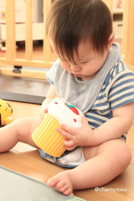 エデュトイで遊ぶ赤ちゃん