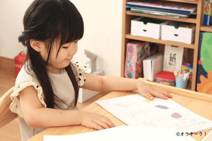 幼児教材に取り組む子供