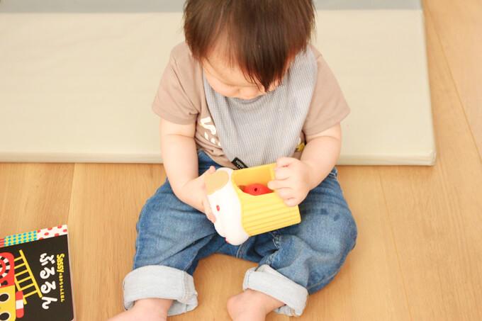 ころりんメロディーケーキで遊ぶ赤ちゃん