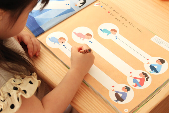 しまじろうのドリル『はじめてのワーク 2・3・4歳』に取り組む子供