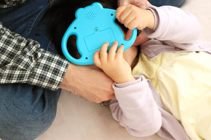 しまじろうの歯磨きミラーを使う子供