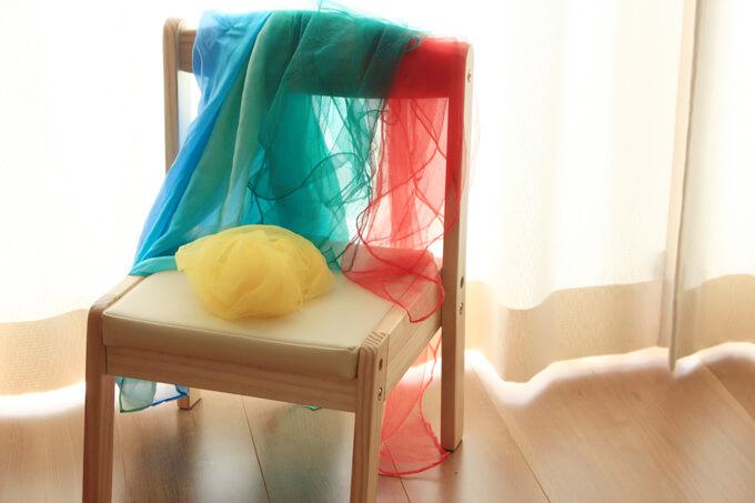 シフォンスカーフで赤ちゃんと遊ぶ