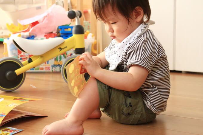 シール貼りをする1歳の子供