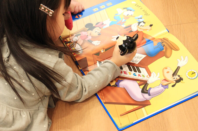 ディズニー英語システム(DWE)に取り組む2歳の子供