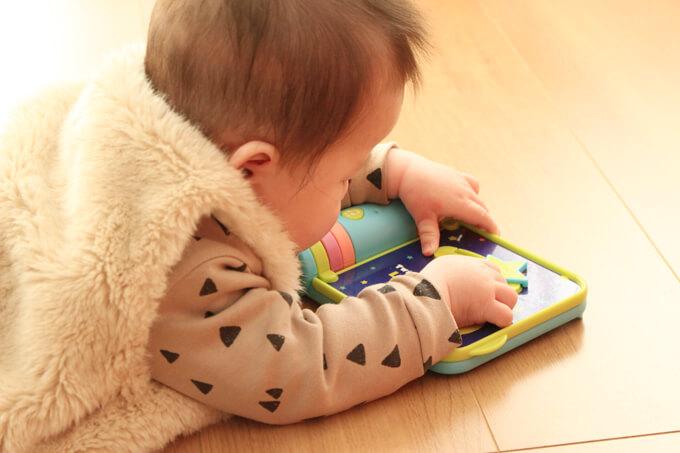 ワールドワイドキッズのステージ0のおもちゃで英語×指先の知育をしている様子