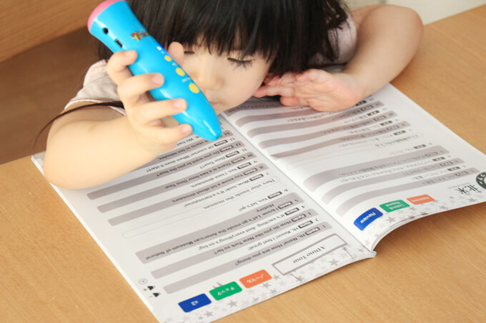 七田式セブンプラス・バイリンガル教材に取り組む3歳の子供