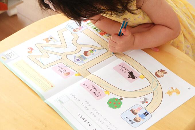 迷路に取り組む2歳児